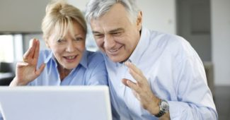 seniors interessés par la banque en ligne